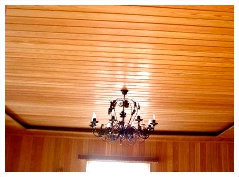 Потолок обшитый вагонкой выглядит эстетично и добротно