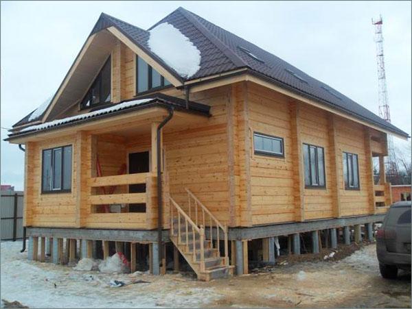 деревянный дом на фундаменте с ростверком