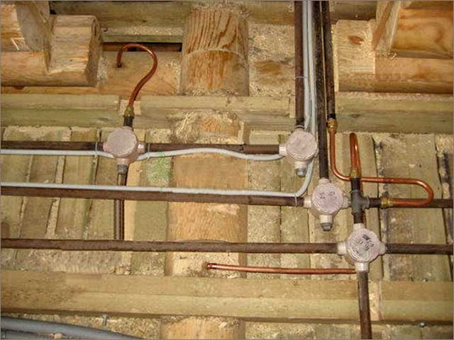 скрытая проводка с помощью металлических труб