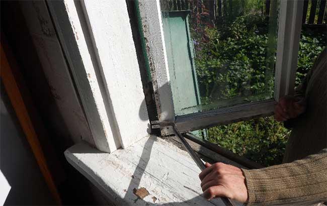 демонтаж окна в деревянном доме