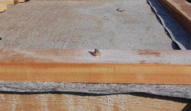 укладка нижнего бруса на фундамент